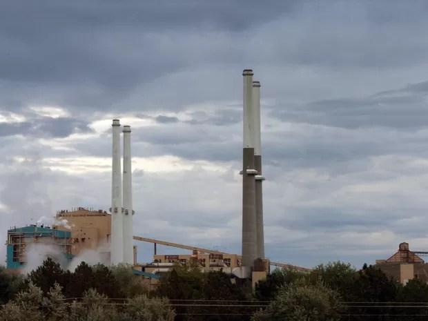 Imagem mostra usina termelétrica movida a carvão na região de Montana, nos Estados Unidos. (Foto: AP)