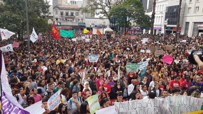 Protesto no Largo do Rosário, em Campinas, contra bloqueio de verbas da Educação. — Foto: Luciano Calafiori/G1