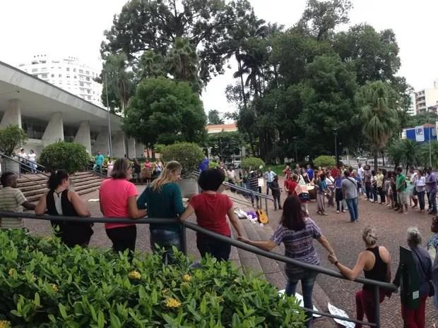 Pessoas protestam contra modelo manicomial em Campinas (Foto: Luís dos Santos)