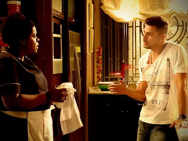 Com a ajuda de Zezé, Jorginho descobre onde fica o cativeiro (Foto: Avenida Brasil/TV Globo)