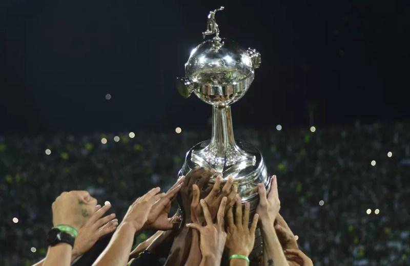 Quem vai levantar esse troféu na final no Maracanã? — Foto: Raúl Arboleda/AFP