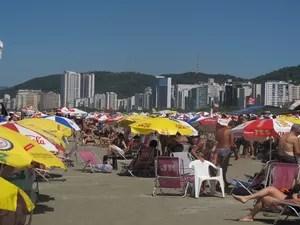 Praia ficou lotada de barracas e banhistas (Foto: LG Rodrigues / G1)