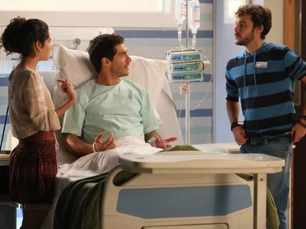 Taís e Felipe ficam confusos diante de Pedro (Foto: Isabella Pinheiro / Gshow)