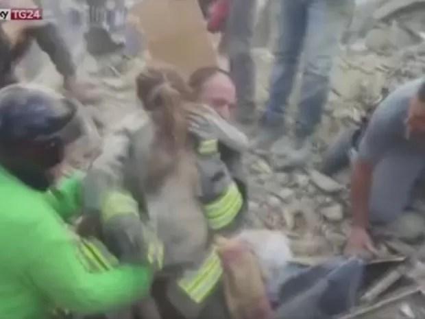 Menina de 10 anos foi retirada com vida dos escombros em Pescara del Tronto, na Itália (Foto: Reprodução/TV Globo)