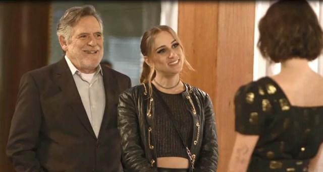 Sabrina (Carol Garcia) debocha do emprego de Josiane (Agatha Moreira), em 'A Dona do Pedaço' — Foto: Globo