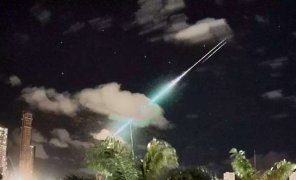 Câmera no bairro de Brisamar, em João Pessoa, flagrou passagem de meteoro no céu do Nordeste do Brasil no sábado (22) — Foto: Marcelo Zurita/Bramon/Clima ao Vivo