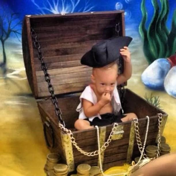 Fantasiado de pirata, Davi Lucca vira 'tesouro' de Neymar (Foto: Reprodução / Instagram)