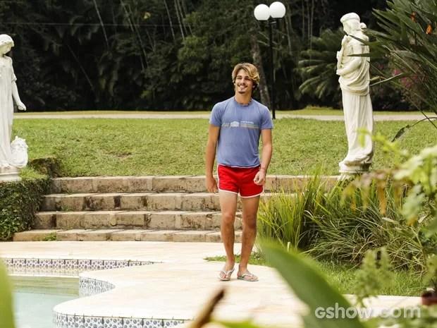 A convite de Daniele, Rodrigo aparece para um dia na piscina na casa de Fernando (Foto: Raphael Dias/TV Globo)