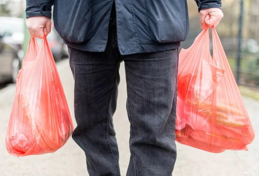 Homem carrega sacolas plásticas em Berlim, na Alemanha, em foto de 2017 — Foto: Sebastian Gollnow / dpa / AFP