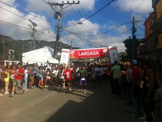 Com uma hora de atraso, às 9h foi dada a largada do 'Desafio da Paz' (Foto: Alba Valéria Mendonça/ G1)