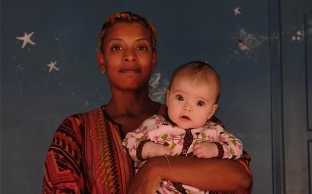 Clicada pelo marido, com a filha Gaelle ainda beb (Foto: Brian Cross)