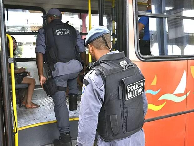 Políciamento é reforçado nas ruas e dentro dos coletivos (Foto: Karlos Geromy)