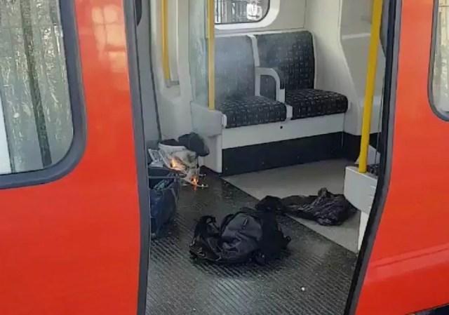 Objetos pessoais e algo em chamas são vistos dentro de trem na estação Parsons Green, em Londres, nesta sexta-feira (15) (Foto: Sylvain Pennec/via Reuters )