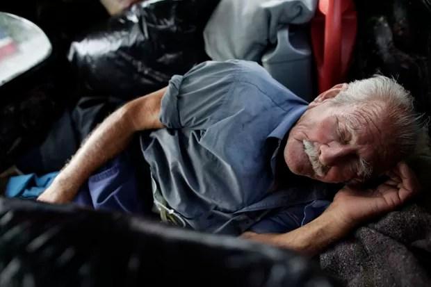 Após o divórcio com a mulher,  Oscar Almaguer passou a morar no carro de 46 anos, que já foi completamente modificado (Foto: Daniel Becerril/Reuters)