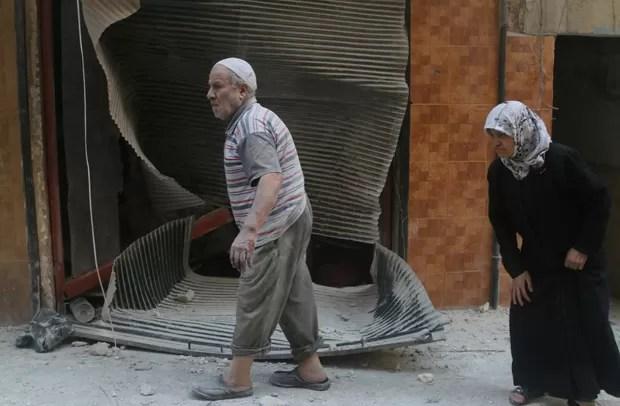 Casal de idosos é visto no distrito de Al-Sukari, em Aleppo (Foto: Abdalrhman Ismail/Reuters)