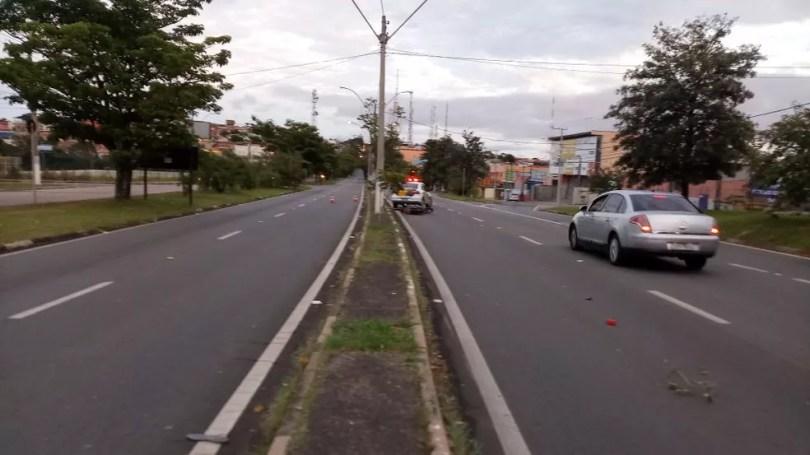 Uma faixa em cada sentido da Rodovia Francisco Von Zuben foi interditada após o atropelamento que matou o motociclista em Valinhos (Foto: Patrícia Teixeira/G1)