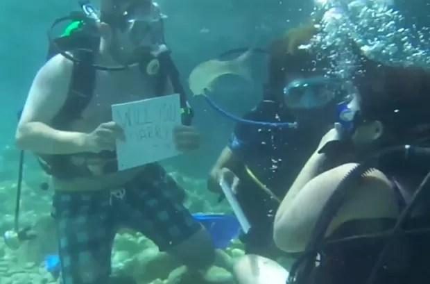 Stephanie Walker quase se afogou ao ser pedida em casamento pelo namorado Anthony Taylor durante mergulho na Turquia (Foto: Reprodução/YouTube/SWNS)