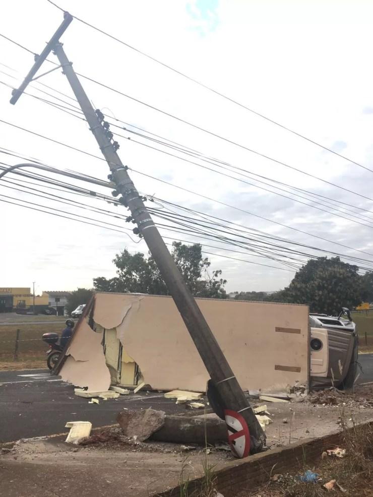 Funcionários da companhia de energia elétrica foram acionados para fazer a troca do poste  (Foto: André Modesto/TV Tem)