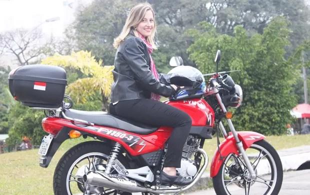 A intérprete de Libras Ana Carolina deixou de usar carro e só anda de moto (Foto: Rafael Miotto / G1)
