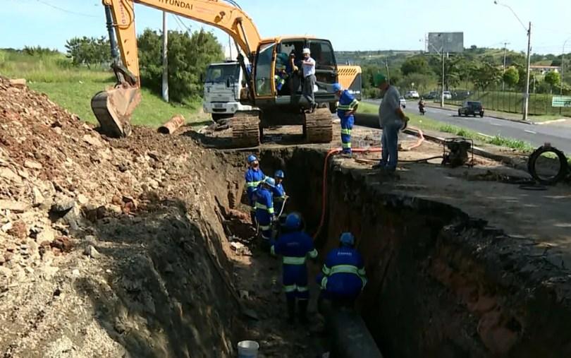 Funcionários da Sanasa trabalham em obra para substituição de adutora em avenida de Campinas (Foto: Reprodução / EPTV)