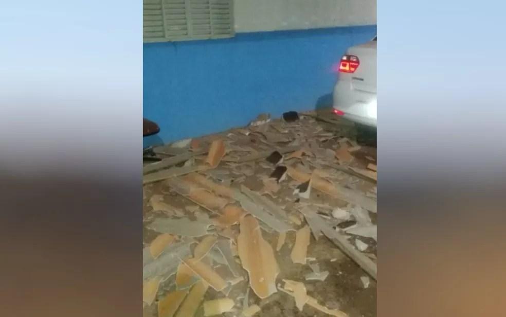 Telhas quebradas durante a fuga de Lázaro Barbosa da cadeia de Águas Lindas de Goiás — Foto: Reprodução/Polícia Militar