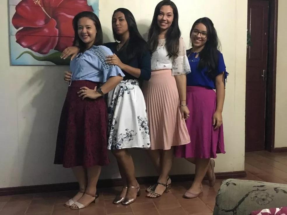 Jovens católicas lembram que viam modelos de roupas na internet e pediam que costureiras fizessem iguais (Foto: Arquivo pessoal)