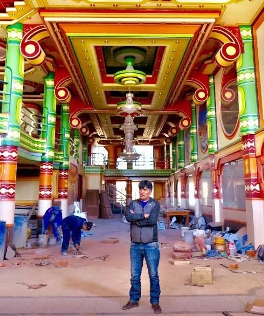 O arquiteto Freddy Mamani se inspira na estética local de ancestrais para criar os edifícios coloridos (Foto: Reprodução/Instagram/freddy_mamani_silvestre)