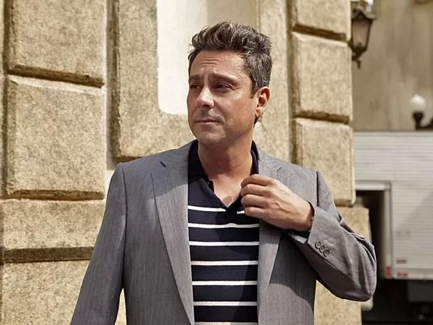 Alexandre Nero 'tira onda' com o novo personagem, o vaidoso Stênio (Foto: Salve Jorge/TV Globo)