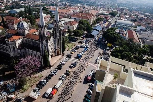 Vista área de Botucatu com a Basílica Menor de Sant'Ana em destaque