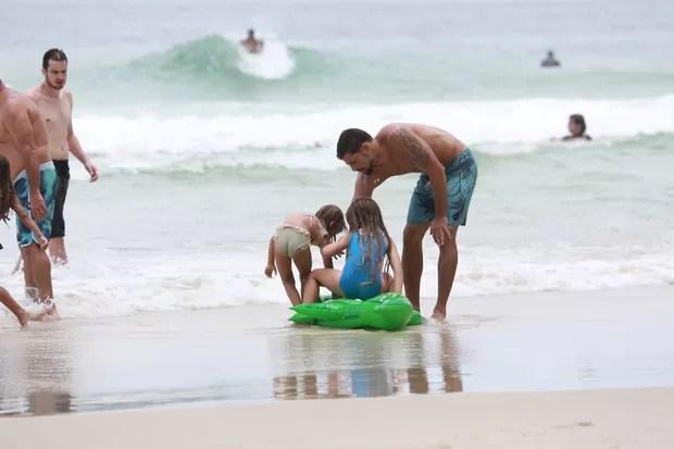 Cauã Reymond com a filha Sofia na praia (Foto: Dilson SIlva/ Ag. News)