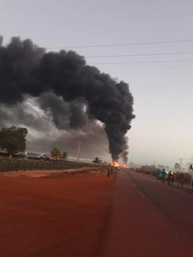 Fumaça do acidente entre um microônibus e uma carreta de combustível em RO — Foto: Reprodução/Redes Sociais