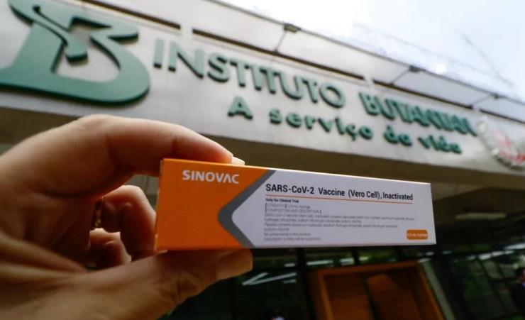 Caixa da Coronavac, vacina contra a Covid-19, em frente à sede do Instituto Butantan em São Paulo. — Foto: Aloisio Mauricio/Estadão Conteúdo