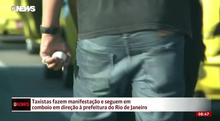 Taxista com ovo na mão durante protesto de taxistas (Foto: Roberto Carlos/GloboNews/Reprodução)