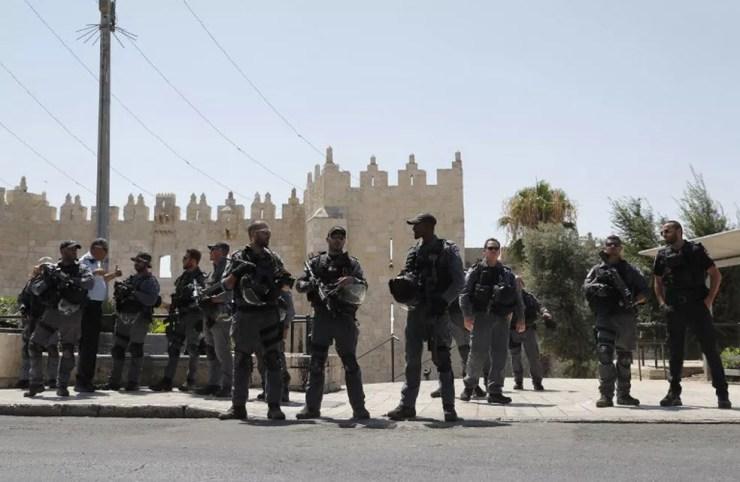 Força de segurança de Israel reforçam a segurança na cidade velha de Jerusalém após tiroteio nesta sexta-feira (14)  (Foto: Thomas Coex / AFP)