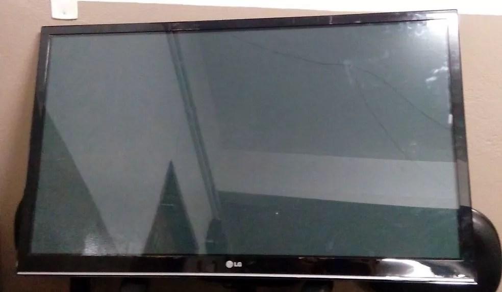 Criminosos levavam TV quando foram flagrados pela polícia (Foto: Divulgação/TV Vanguarda)