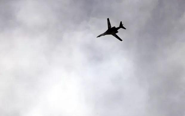 Jato da coalizão liderada pelos EUA sobrevoa a cidade curda síria de Kobane nesta quinta-feira (16) (Foto: Kai Pfaffenbach/Reuters)
