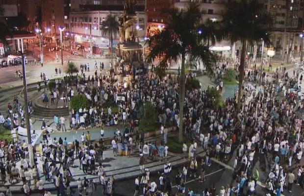Torcedores do Santos comemoram na Praça da Independência (Foto: Reprodução/TV Tribuna)