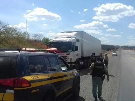 Caminhão com carga avaliada em R$ 167 mil é recuperado na BR 232  (Foto: Divulgação/Ascom PRF)
