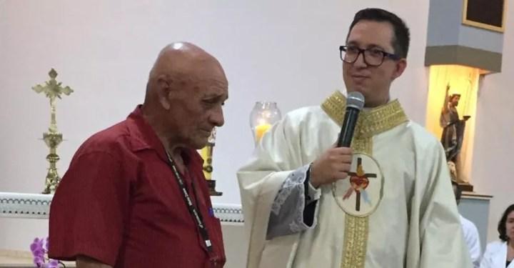 Padre Adailson e Antônio durante missa em Ituverava, SP — Foto: Foto: Arquivo pessoal