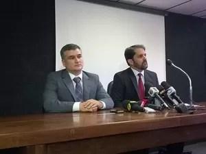 Delegado Fernando Berbert [esquerda] e o superintendente da PF, Fábio Mota Muniz (Foto: Henrique Mendes / G1)