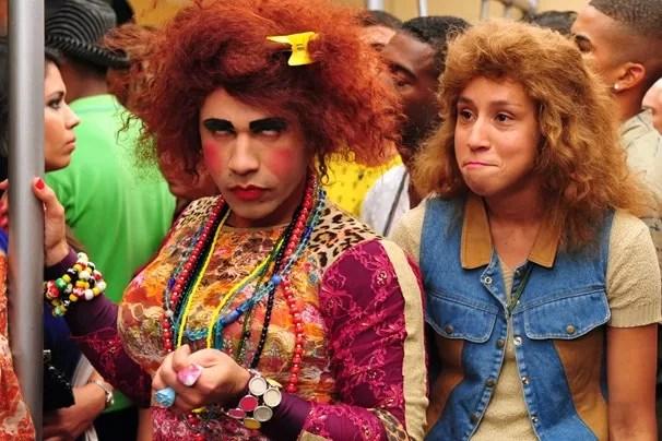 Valéria (Rodrigo Sant'Anna) e Janete (Thalita Carauta) se increvem para o concurso Garota Zorra Verão (Foto: Matheus Cabral/ TV Globo)