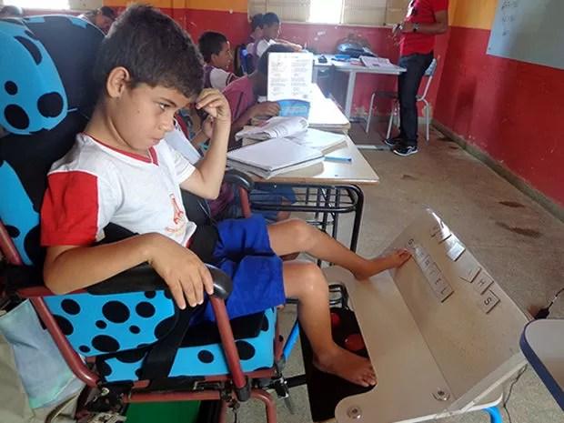 Criança com paralisia (Foto: Escola Estadual Professora Ana Tereza Albernaz)