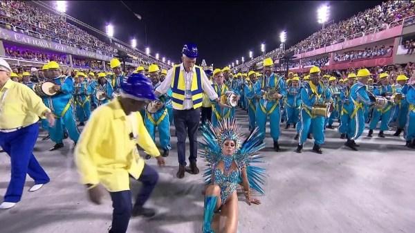 Lexa leva tombo durante o desfile da Tijuca; VÍDEO