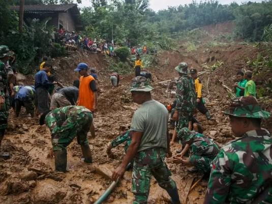 Soldados da Indonésia fazem buscas por vítimas na vila Caok em Purworejo, na província de Java Central, na Indonésia, neste domingo  (Foto: Antara Foto/Hendra Nurdiyansyah/via Reuters)