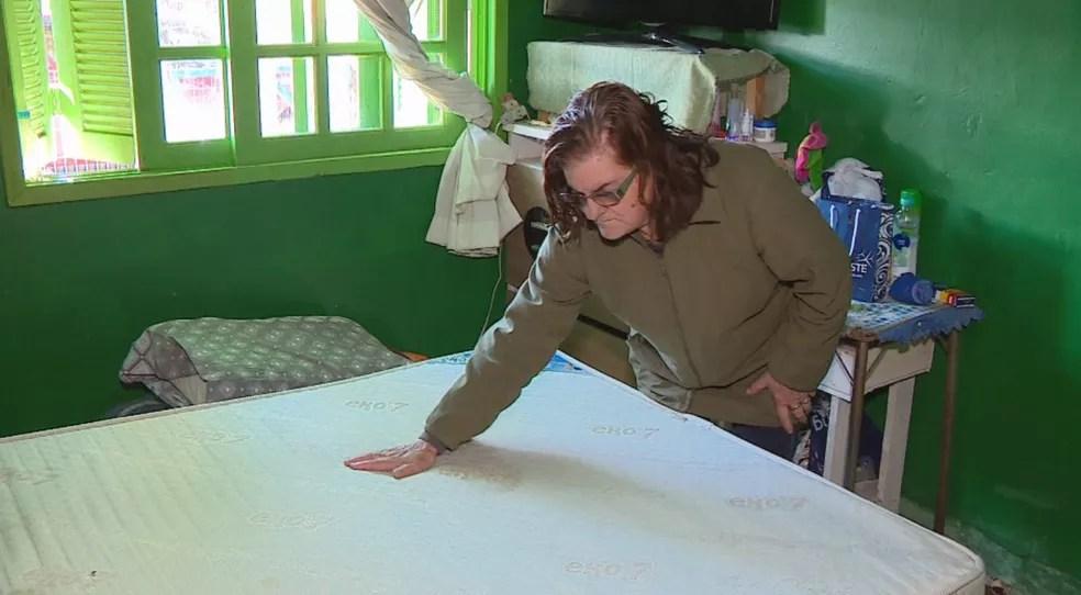 Dona Lourdes também foi vítima do golpe, e aguarda resultado na Justiça do pedido de indenização. O colchão dela parou de funcionar — Foto: Reprodução/RBS TV