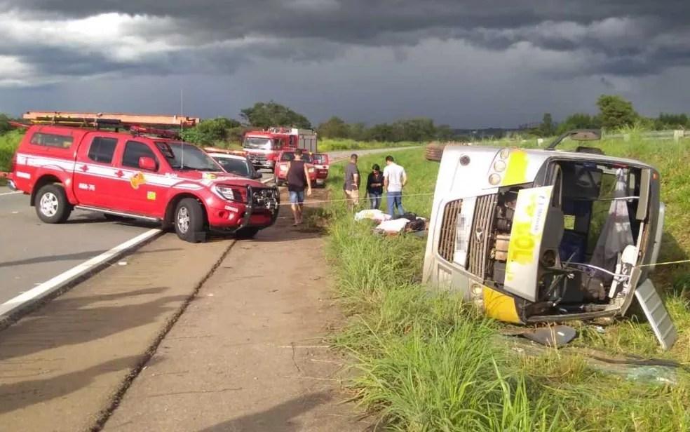 Micro-ônibus que capotou deixou três mortas e 14 feridos (Foto: Hebert Bruno/TV Anhanguera)