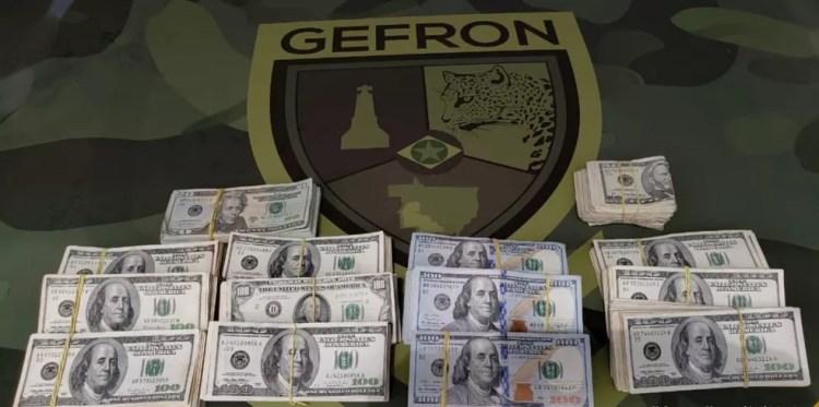 Dinheiro estava dentro de mochila encontrada em mata — Foto: Gefron/Divulgação