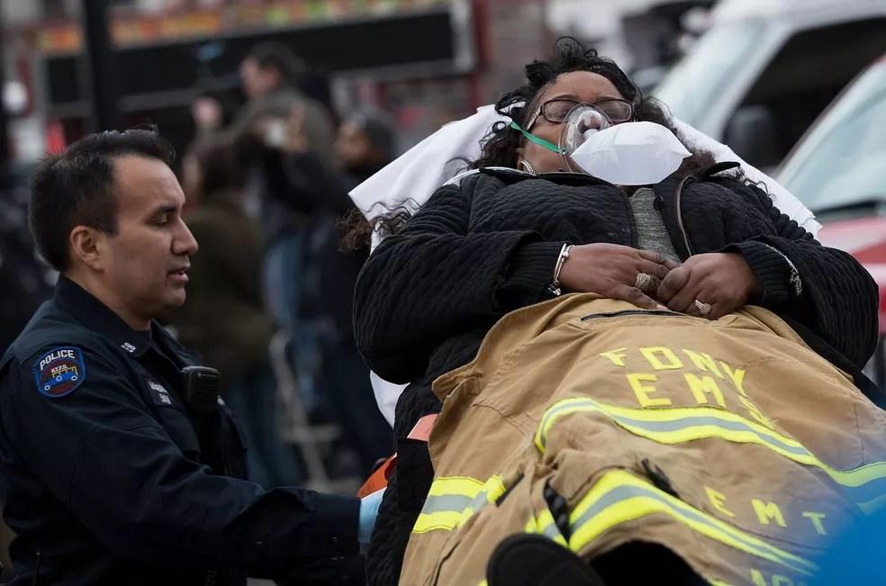 Segundo Departamento de Bombeiros da cidade de Nova York, nenhum dos feridos corre risco de morte (Foto: Drew Angerer/GETTY IMAGES NORTH AMERICA/AFP)