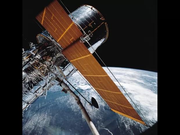 Fotografia de 25 de abril de 1990 mostra telescópio espacial Hubble em órbita da Terra  (Foto: Nasa/AP)