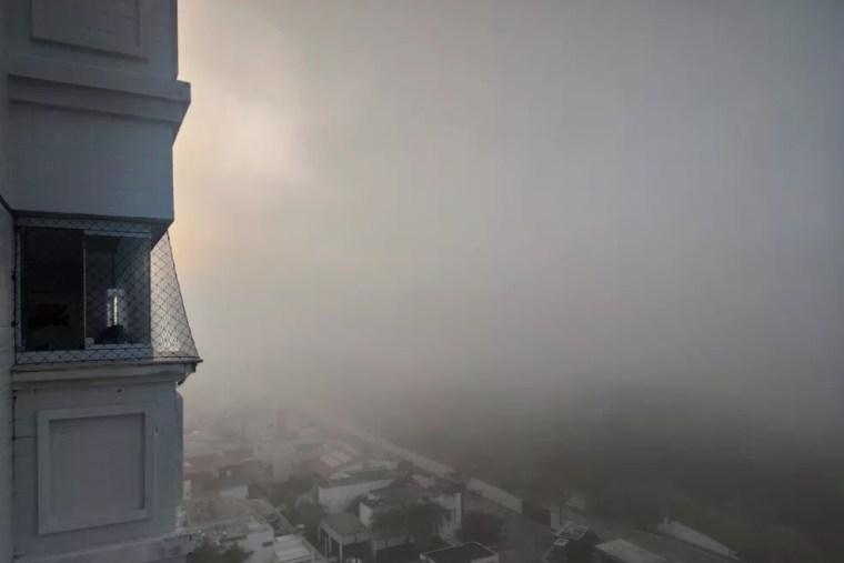 Névoa vista de cima de prédio, na manhã desta quarta-feira (27) em Natal e região — Foto: Auridan Trindade